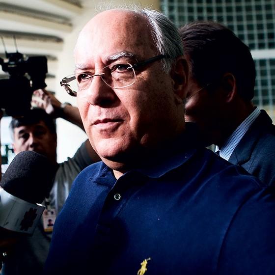 JUÍZO FINAL Renato Duque ao sair do prédio da PF, em Curitiba.  Ele foi acusado por Costa, ex-colega de Petrobras (Foto:  Zanone Fraissat/FOLHAPRESS, PODER)