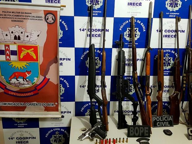 Armas apreendidas com suspeitos de ataque a banco em Irecê, na Bahia (Foto: SSP-BA / Divulgação)