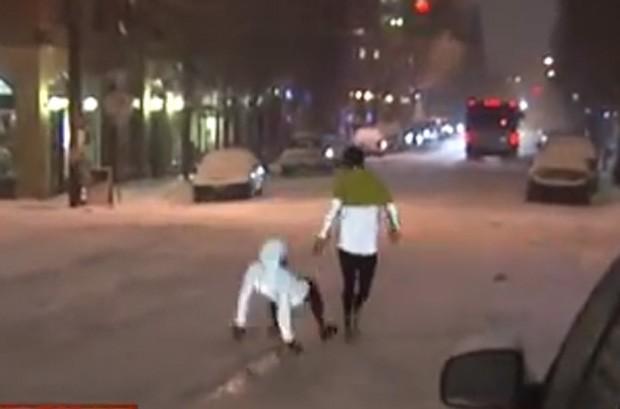 Mulher que havia acabado de contar os 'benefícios' de correr na neve levou tombo ao vivo durante transmissão nos EUA (Foto: Reprodução/YouTube/KOINNews)