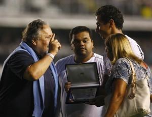 Luis Alvaro entrega placa para Ganso Santos (Foto: Divulgação/Flickr Santos FC)