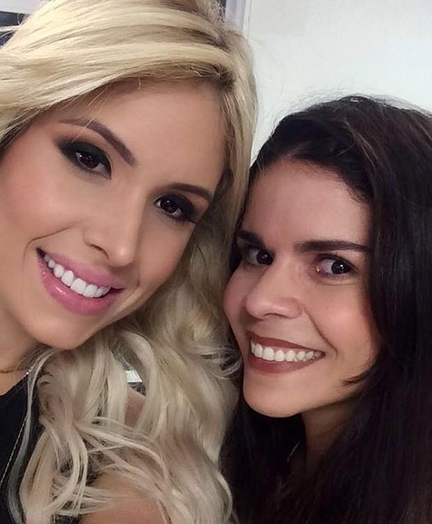 Thyane Dantas, loiríssima, com a maquiadora Ivana Lucena (Foto: Reprodução / Instagram)