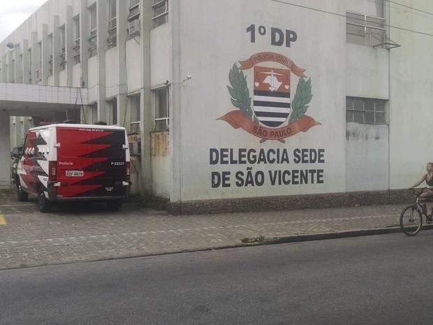 Agressor foi encaminhado para o DP Sede de São Vicente  (Foto: Rafaella Mendes/G1)