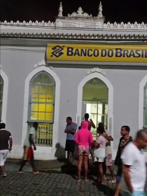 Cofre de banco foi explodido em ataque, segundo PM (Foto: Willyan Reis/ Voz  da Bahia )