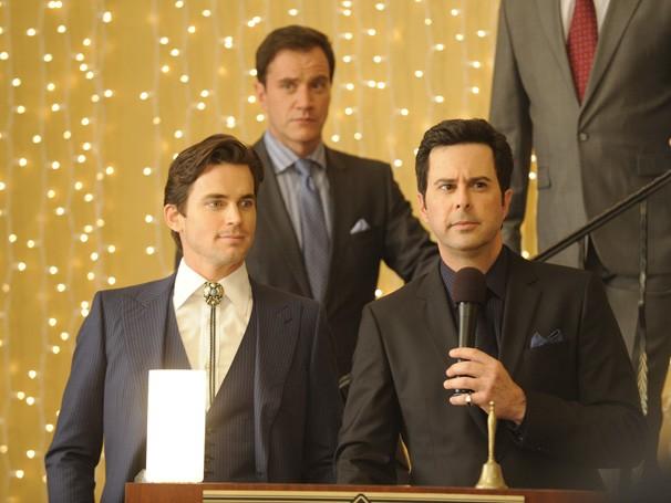 Neal Caffrey (Matt Bomer), Peter Burke (Tim DeKay) e Gerald Jameson (Jonathan Silverman) participam de leilão (Foto: Divulgação / Twentieth Century Fox)