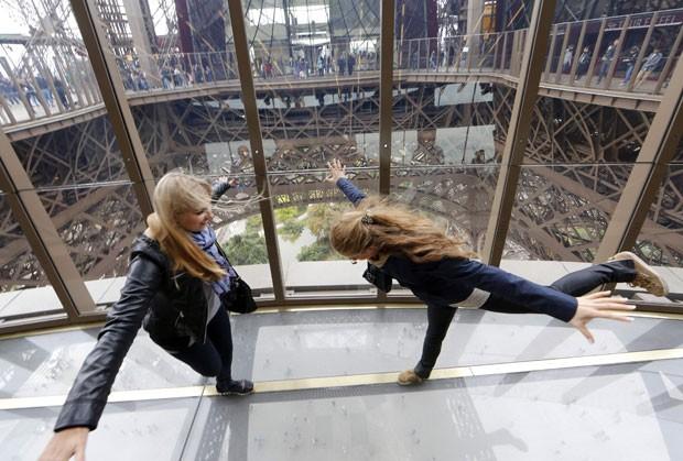 Turistas caminham no novo piso de vidro da Torre Eiffel, em Paris (Foto: Jacky Naegelen/Reuters)