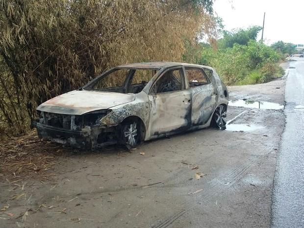 Carro foi queimado na entrada de Barreiros para impedir acesso da polícia (Foto: Danilo César/TV Globo)