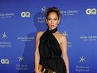 Jennifer Lopez e Paris Hilton usam vestidos curtinhos em festa