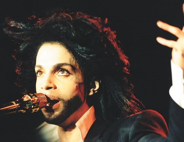 1991: Prince canta seus sucessos no palco montado no Maracanã (Foto: Divulgação)