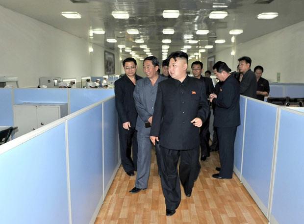 O ditador norte-coreano Kim Jong-Un visita fábrica de vidros na província de Phyongan do Norte, em foto divulgada neste domingo (16) pela imprensa oficial (Foto: AFP)