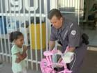 Policial militar distribui brinquedos para crianças em bairros pobres