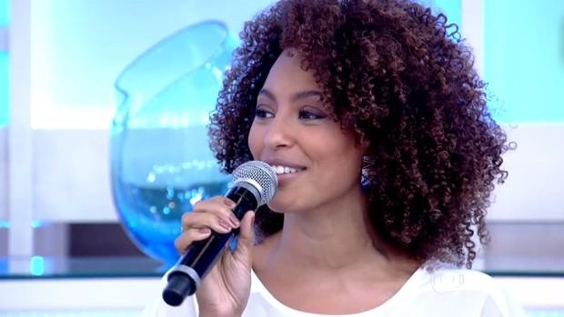Sheron conversou com Fátima Bernardes sobre seu novo trabalho (Foto: Reprodução/RBS TV)