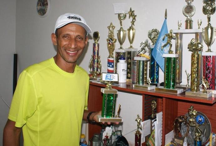 Estande um pouco dos mais de 400 prêmios do atleta.  (Foto: Davidson Fortunato/GE)