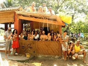 LowConstrutores na casa que construíram em uma aldeia, em Itacaré (BA) (Foto: Divulgação/ LowConstrutores)
