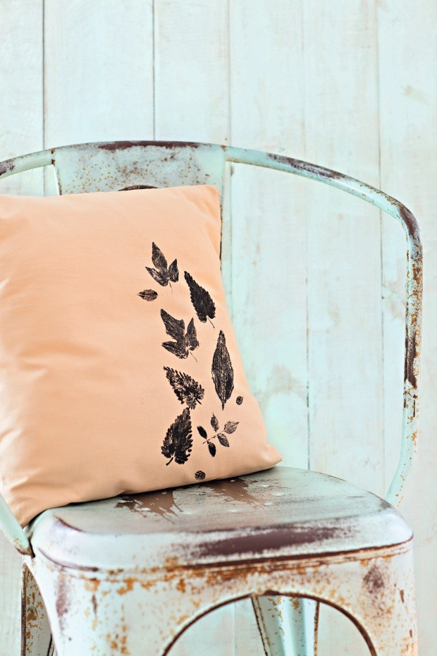 Estampa natural. Almofada carimbada com plantas vivas, com execução da Botões de Amora (Foto: Elisa Correa / Editora Globo)