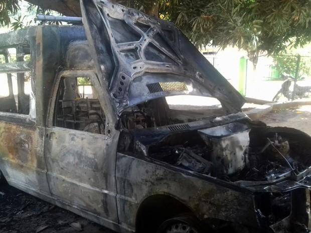 Ambulância que pegou fogo ficou totalmente destruída (Foto: Divulgação/Prefeitura de Boa Vista do Tupim)