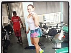 Ex-BBB Paulinha ouve música de Anitta para se animar a malhar