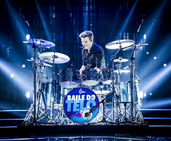 Mostrando todo o seu talento musical, Michel também arrasa na bateria (Foto: Divulgação)
