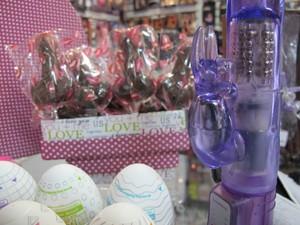 Fantasias de coelhinha e chocolates em formatos fálicos são os que mas saem nesta época do ano  (Foto: Silvio Muniz/G1)