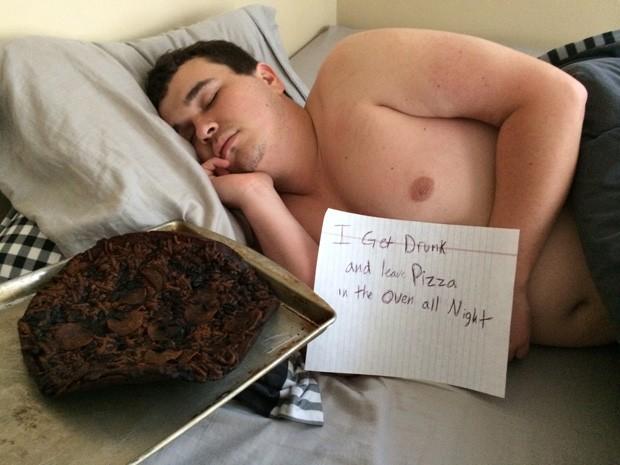 Jovem virou piada na web ao ser fotografado ao lado de pizza queimada após bebedeira (Foto: Reprodução/Imgur/Lewgold)