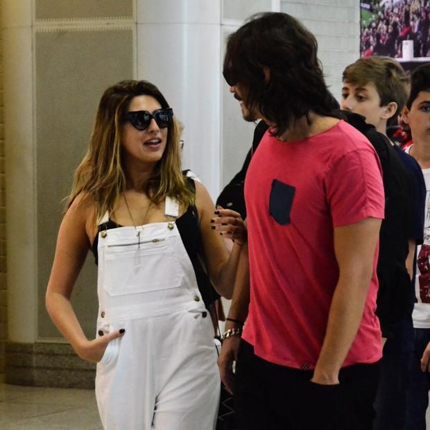 Fernanda Paes Leme embarca acompanhada por suposto namorado