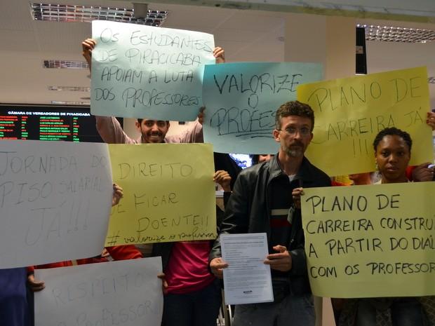 Manifestações na Câmara de Piracicaba (Foto: Thomaz Fernandes/G1)