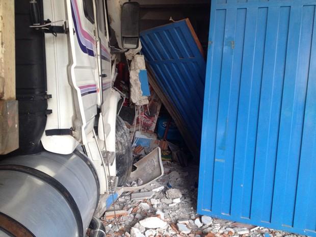 Carreta perdeu o freio e atingiu uma mercearia nesta sexta-feira (5) (Foto: Wellington Roberto/G1)