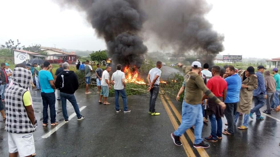 Protesto na Estrada do Feijão, região de Feira de Santana, na manhã desta segunda-feira (Foto: Aldo Matos/Acorda Cidade)