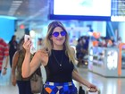 Dani Calabresa usa sainha fofa ao embarcar em aeroporto no Rio