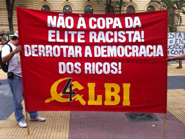 Manifestantes exibem cartazes no Centro (Foto: Gustavo Petró/G1)