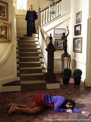 Ela empurra Rosemere escada abaixo (Foto: Sangue Bom/TV Globo)