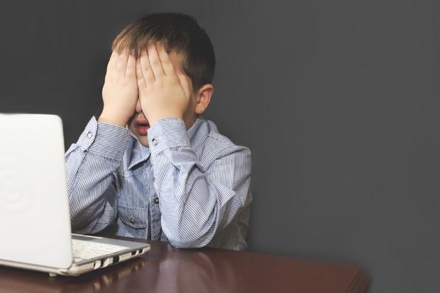 Criança no computador (Foto: Thinkstock)