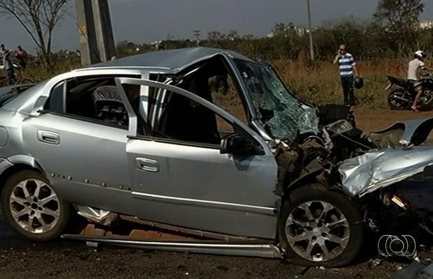 Acidente entre caminhonete e carro deixa dois feridos na GO-139
