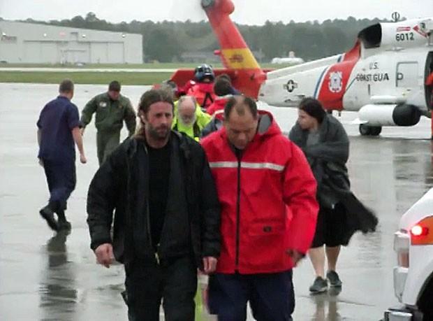 Quatorze dos 16 tripulantes de um veleiro naufragado na costa da Carolina do Norte (sudeste dos EUA) foram resgatados pela Guarda Costeira dos EUA (Foto: U.S.Coast Guard/Reuters)