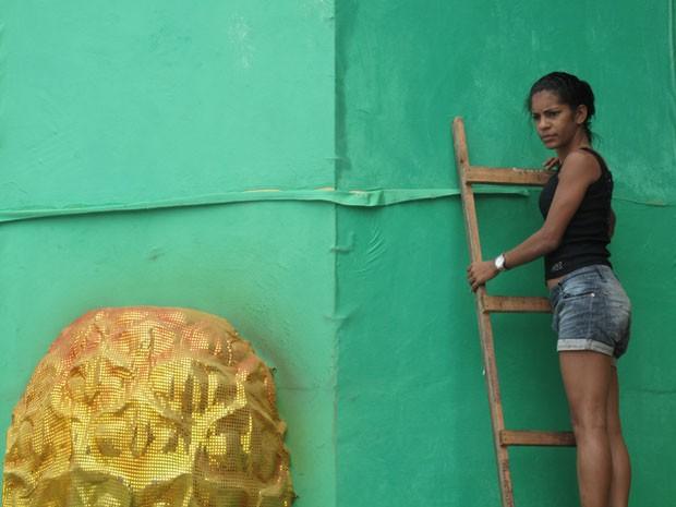 Pamela Rafaela revela segredos das escolas pelo que viu na Cidade do Samba (Foto: Gabriel Barreira/G1)