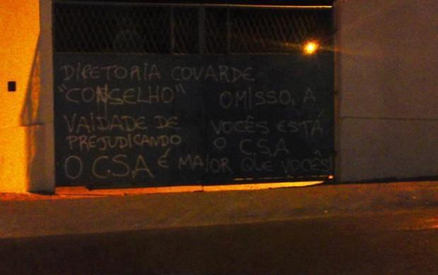 Portão do CT Gustavo Paiva foi pichado na madrugada desta sexta-feira (Foto: Divulgação / Arquivo Pessoal)