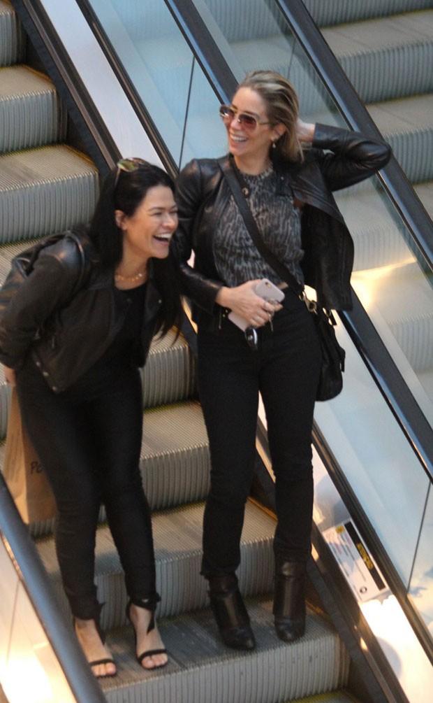 Danielle passeia com uma amiga (Foto: AgNews)