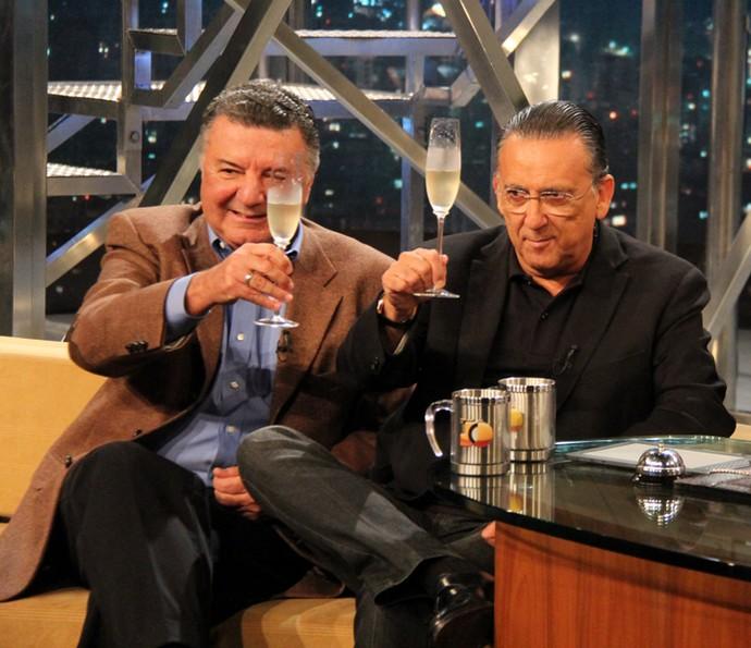 Galvão Bueno toma um espumante com o amigo Arnaldo Cezar Coelho (Foto: Marcos Mazini/Gshow)