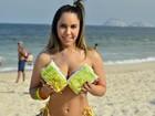 Mulher Melão vai a praia descobrir se os gringos aprovam o biscoito Globo