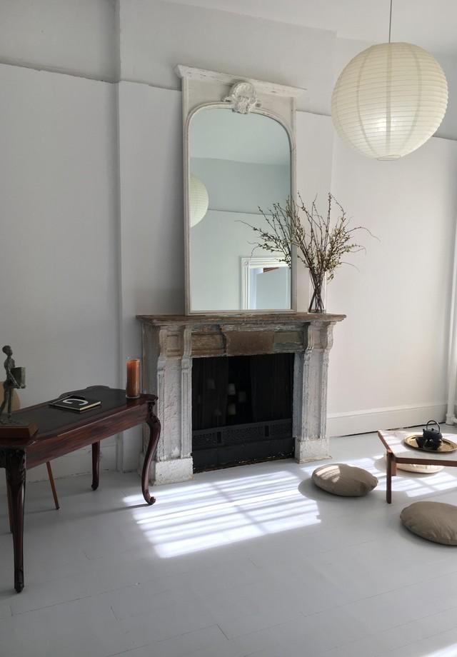 O apartamento conta com paredes brancas e uma lareira (Foto: Divulgação/Douglas Elliman)