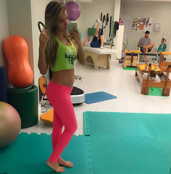 Adriana Sant'anna comemora barriguinha de grávida (Foto: Arquivo Pessoal)