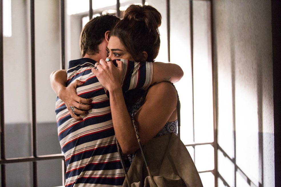 Vendo o marido preso aparentemente sem motivo, Bibi faz uma promessa contra Jeiza (Paolla Oliveira) para ele (Foto: Ellen soares / Gshow)