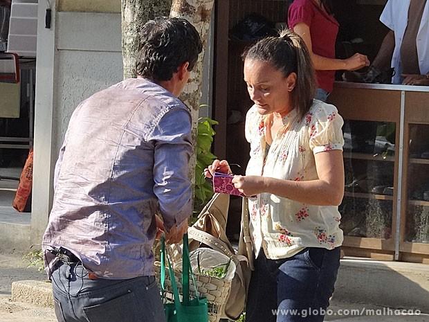Abelardo aceita dinheiro de vítima (Foto: Malhação / TV Globo)