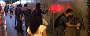 Prédio da editora Abril é pichado em protesto contra a revista 'Veja' (Cauê Fabiano/G1)