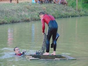 Mergulhadores do Corpo de Bombeiros fazem buscas no lago (Foto: Luan Santos)