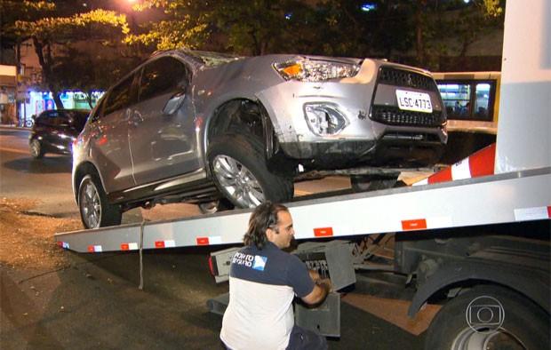 Carro capotou na saída do Túnel Rebouças (Foto: Reprodução/TV Globo)