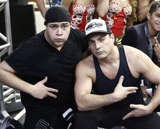 Tiago e Daniel fazem graça nos bastidores (Foto: Domingão do Faustão / TV Globo)