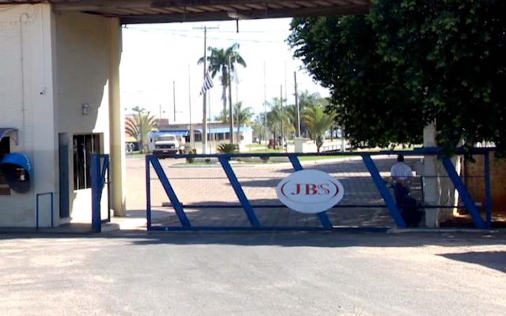 JBS fechou a unidade frigorífica em Presidente Epitácio (Foto: Reprodução/TV Fronteira)