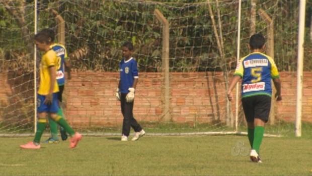 Garoto de 12 anos, que viaja mais de duas horas para treinar, planeja futuro (Foto: Reprodução/TV Rondônia)