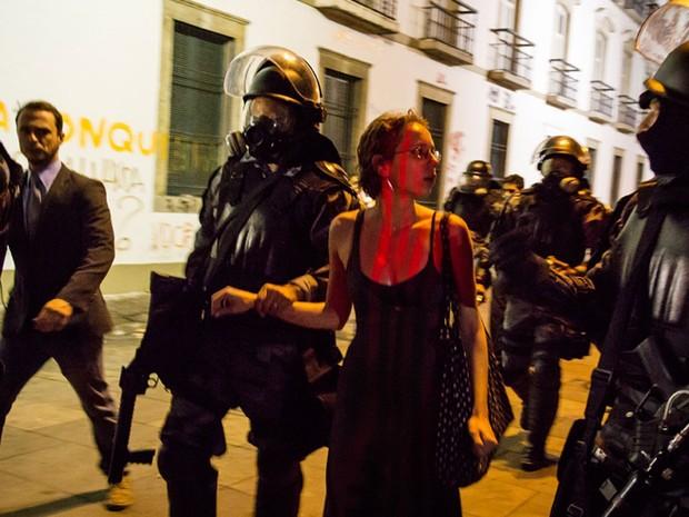 Manifestante foi presa por formação de quadrilha no protesto de segunda-feira (17), na Praça XV, no Centro (Foto: Stefano Figalo/ VC no G1)