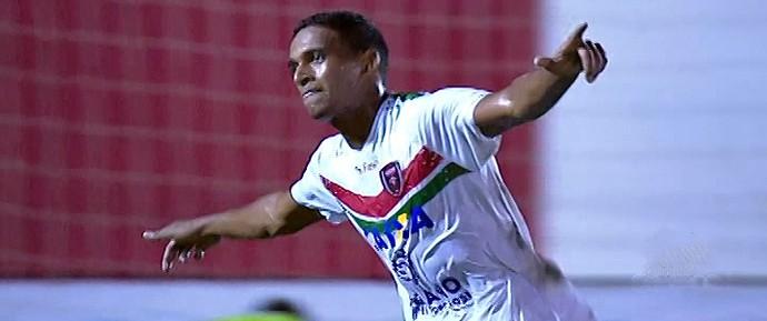 Geremias, jogador do Serrano, comemora gol em cima do Bahia pela semifinal do Baiano (Foto: Reprodução/TV Bahia)